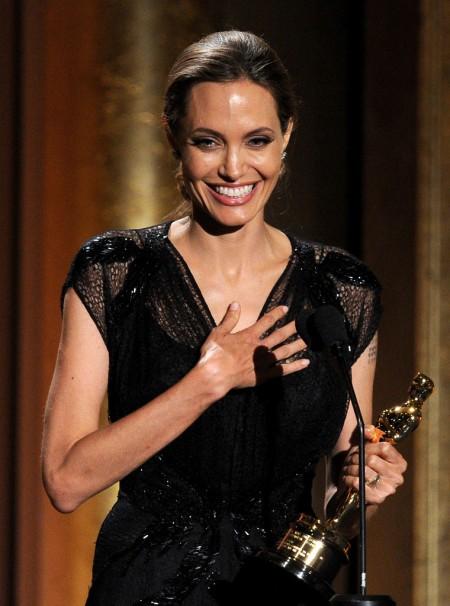 Angelina Jolie amerikai színésznő átveszi a Jean Hersholt Humanitárius Oscar-díjat Los Angelesben 2013. november 16-án