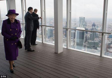 II. Erzsébet brit királynő a The Shard (Üvegszilánk) felhőkarcoló 72. emeletén 2013. november 21-én