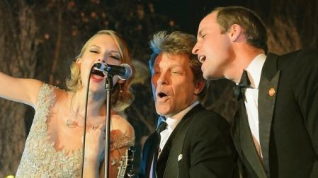 Taylor Swift és Jon Bon Jovi amerikai énekes-zenészek, valamint Vilmos cambridge-i herceg  fellép a londoni Kensington Palotában a Winter Whites gálaesten 2013. november 26-án