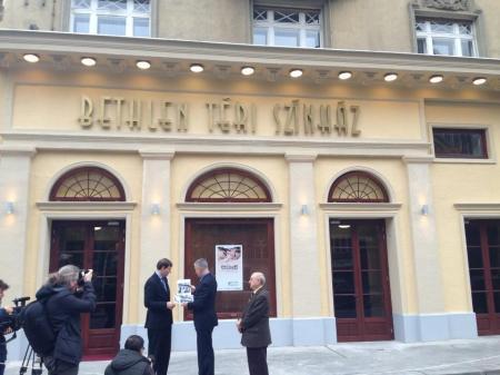 A Bethlen Színház eredeti homlokzatának visszaállítását követő ünnepélyes leleplezés 2013. november 15-én