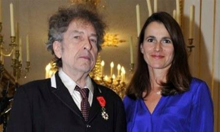 Bob Dylan amerikai zenész és Aurélie Filipetti francia kulturális miniszter, miután a francia Becsületrenddel tüntették ki Párizsban 2013. november 13-án