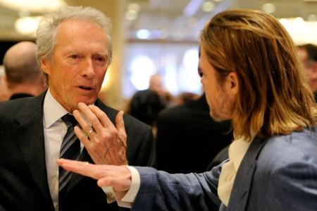 Clint Eastwood amerikai színész-rendező Brad Pitt amerikai színésszel diskurál (Archív felvétel)