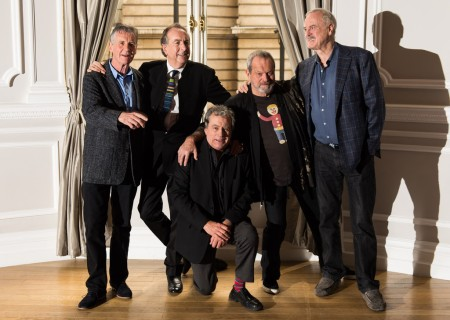 A Monty Python humorista csapat tagjai összeállásuk alkalmából tartott fotózáson Londonban 2013. november 21-én