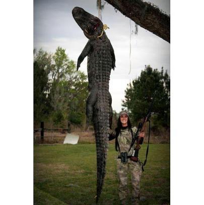 Melissa Bachman amerikai műsorvezető egy aligátor tetemével