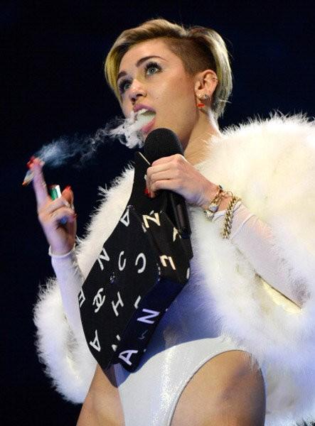 Miley Cyrus amerikai énekesnő füves cigirt szív az MTV Európa zenei tévécsatorna díjkiosztó ünnepségén Amszterdamban 2013. november 10-én