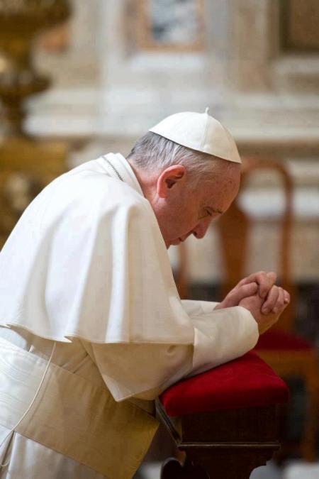 Ferenc pápa imádkozik