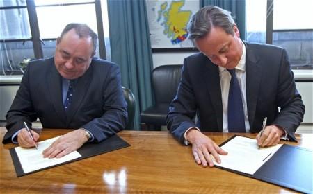 Alex Salmond skót és David Cameron brit miniszterelnök egy korábbi felvételen