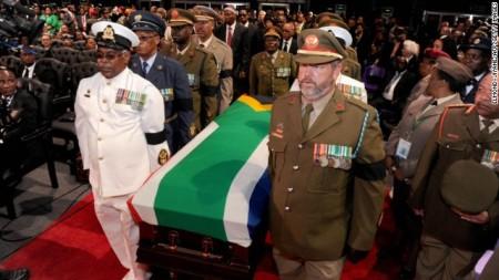Nelson Mandela Nobel-békedíjas volt dél-afrikai elnök koporsóját viszik a Qunu faluban tartott megemlékezésen 2013. december 15-én
