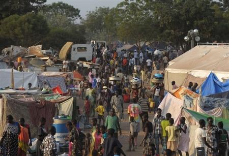 Tömeg egy dél-szudáni menekülttáborban 2013. december 22-én