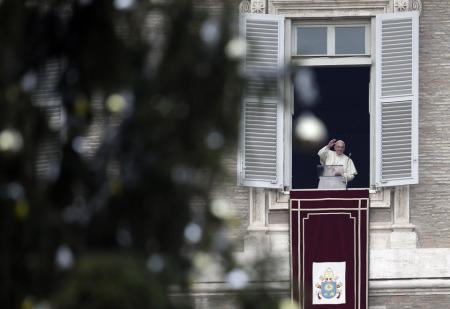 Ferenc pápa az Úrangyala (Angelus) imádságát mondja vatikáni Szent Péter térre néző dolgozószobájának ablakából 2013. december 22-én,