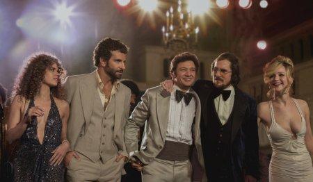"""Az """"Amerikai botrány"""" (American Hustle) című film szereplőgárdája a film egyik jelentében: Amy Adams, Bradley Cooper, Jeremy Renner, Christian Bale, Jennifer Lawrence"""