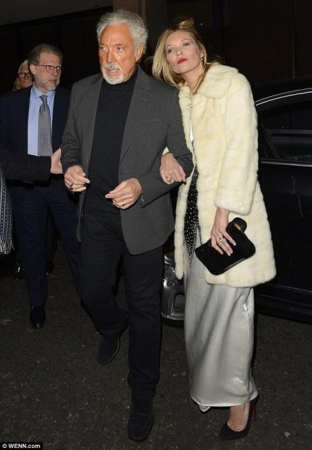 Tom Jones walesi énekes és Kate Moss brit szupermodell megérkezik a Playboy amerikai férfimagazin megalapításának 60. évfordulója alkalmából tartott partira Londonban 2013. december 3-án