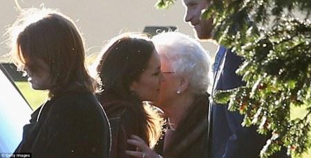 II. Erzsébet brit királynő elbúcsúzik Katalin hercegnőtől a Szent Mária Magdolna templomnál az angliai Sandringhamban 2013. december 25-én