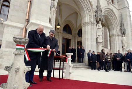 Kövér László, az Országgyűlés elnöke és Balogh Miklós, a Reneszánsz Kőfaragó Zrt. vezérigazgatója felavatja Országház homlokzatát Budapesten 2013. december 20-án