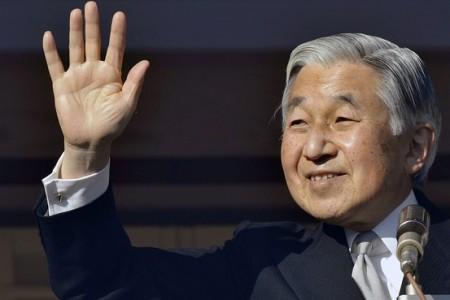 Akihito japán császár a köszöntésére összegyűlt embereknek int 80. születésnapján, 2013. december 23-án a tokiói császári palotából