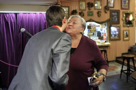 Molnár Piroska színművész, a Nemzet Színésze átveszi az Arany Medál-díjat a Bethlen Téri Színházban tartott átadáson 2013. december 5-én