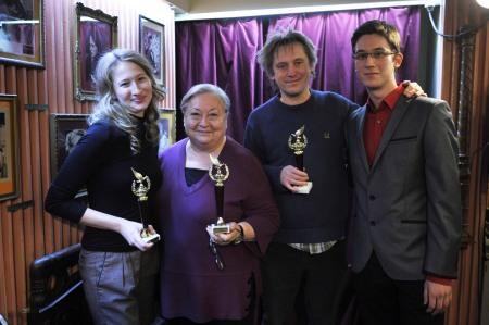 Tenki Réka és Molnár Piroska színésznők, valamint Háy János író társaságában az Arany Medál-díjak átadásán a Bethlen Téri Színházban 2013. december 5-én