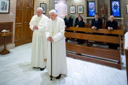 Ferenc pápa és elődje, XVI. Benedek nyugalmazott pápa a Mater Ecclesiae kolostorban imádkozik 2013. december 23-án