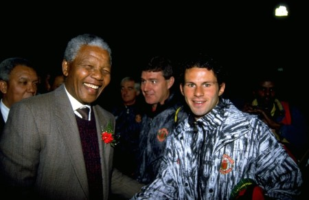 Nelson Mandela dél-afrikai elnök és Ryan Giggs walesi labdarugó (Archív felvétel)