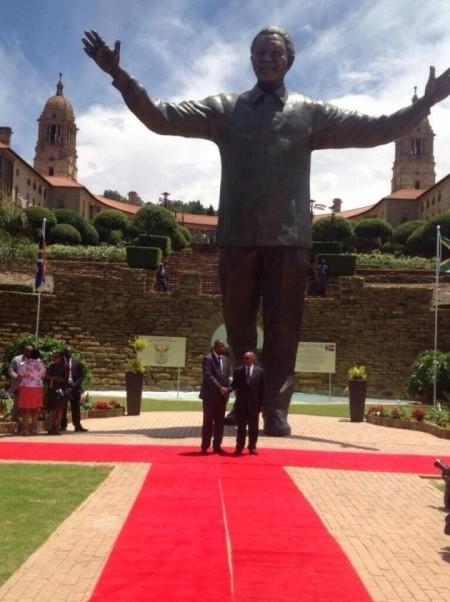 Jacob Zuma jelenlegi dél-afrikai államfő kezet fog Mandla Mandelával, az elhunyt unokájával Nelson Mandela Nobel-békedíjas volt dél-afrikai elnök szobrának avatásán Pretoriában 2013. december 16-án