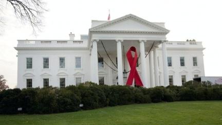 Az AIDS elleni küzdelmet jelképező vörös szalag a washingtoni Fehér Házon az AIDS-világnapján, 2013. december 1-jén