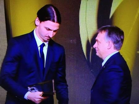 Orbán Viktor magyar kormányfő átadja a Puskás Ferenc-díjat Zlatan Ibrahimovic svéd csatárnak a Nemzetközi Labdarúgó-szövetség (FIFA) zürichi Aranylabda-gáláján 2014. január 13-án