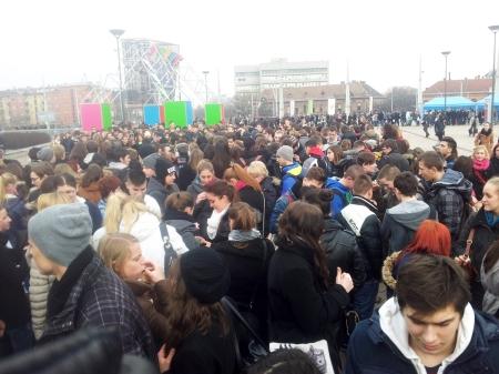 Érdeklődők a Papp László Budapest Sportaréna előtt 2014. január 18-án (Fotó: Mészáros Márton)