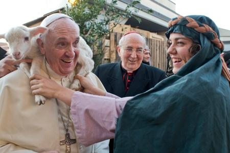 Ferenc pápa báránnyal a nyakában Rómában Vízkereszt napján 2014. január 7-én