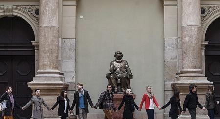 Az Ifjúsági Kereszténydemokrata Szövetség (IKSZ) demonstrációja Karl Marx német filozófus (1818-1883) szobra ellen a Budapesti Corvinus Egyetem aulájában 2014. január 20-án