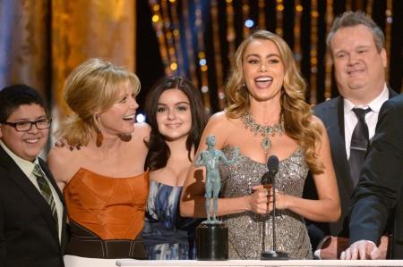 Sofia Vergara kolumbiai színésznő és a Modern család (Modern Family) című sorozat stábja átveszi elismerését az amerikai film- és televíziós színészek céhe, a SAG 20. díjkiosztóján Los Angelesben 2014. január 18-án
