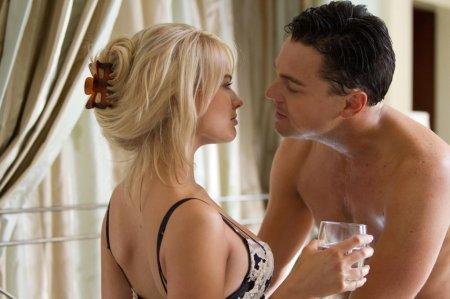 Margot Robbie és Leonardo DiCaprio A Wall Street farkasa (The Wolf of Wall Street) című film egyik jelenetében