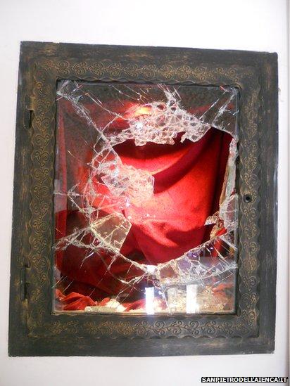 A II. János Pál pápa vérét tartalmazó kegyhely betört ablaka a aquilai San Pietro della Ienca templomban
