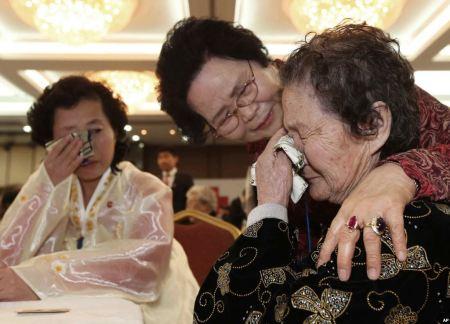 Koreai rokonok üdvözlik egymást 2014. február 23-án Észak-Koreában
