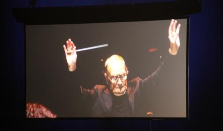 Ennio Morricone olasz zeneszerző vezényli a magyar Modern Art Orchestrát a Papp László Budapest Sportarénában 2014. február 15-én (Fotó: Mészáros Márton)