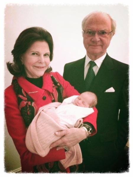 Szilvia svéd királyné és XVI. Károly Gusztáv svéd király Leonore leányunokájukkal Stockholmban 2014. február 25-én