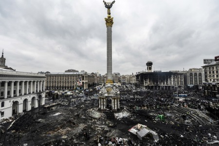 A kormányellenes tüntetők és az ukrán rohamrendőrök összecsapásainak helyszíne, a Függetlenség tere Kijevben 2014. február 20-án