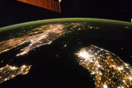 Észak-Korea (sötét) és Dél-Korea a  Nemzetközi Űrállomás felvételén