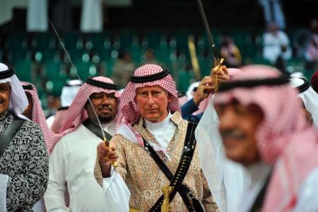 Károly brit trónörökös szaúdi népviseletben Rijádban 2014. február 18-án