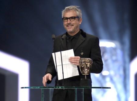 Alfonso Cuarón mexikói rendező átveszi elismerését a BAFTA-díjkiosztón Londonban 2014. február 16-án