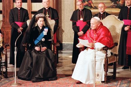 II. Erzsébet brit királynő és II. János Pál pápa
