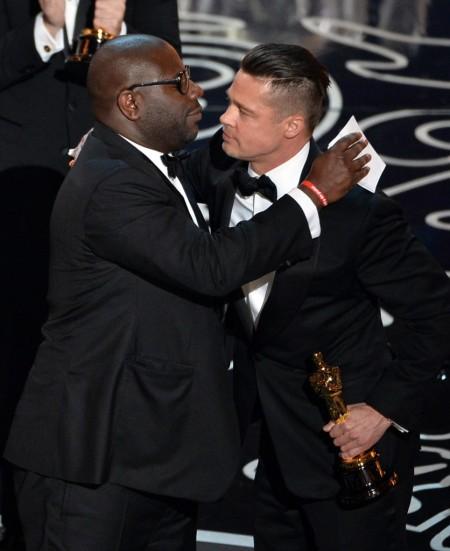 Steve McQueen rendező és Brad Pitt producer a legjobb filmnek járó díjjal az az Oscar-gálán Los Angelesben 2014. március 2-án