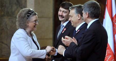 Jókai Anna írónő átveszi a Kossuth Nagydíjat a Parlamentben 2014. március 14-én