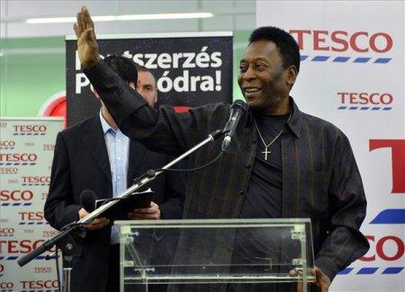 Pelé brazil világbajnok labdarúgó a budaörsi Tescóban 2014. március 26-án