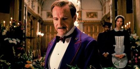 Ralph Fiennes A Grand Budapest Hotel című film egyik jelenetében