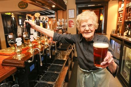 Dolly Saville 100 éves brit pincérnő