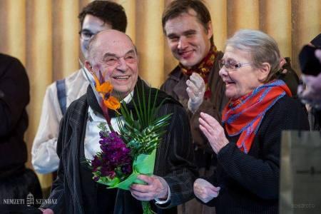 A 80 éves Bodrogi Gyula Kossuth-díjas színművészt köszöntik a Nemzeti Színház színpadán 2014. április 17-én