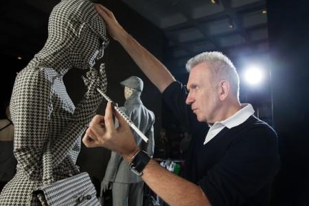Jean Paul Gaultier francia divattervező igazít a Jean Paul Gaultier divatvilága – A járdától a kifutóig című tárlatának megnyitója előtt a londoni Barbican Művészeti Galériában 2014. április 3-án