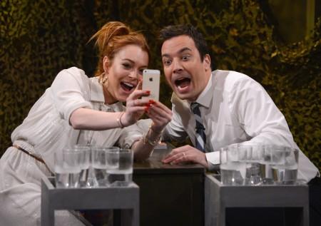 Lindsay Lohan amerikai színésznő és Jimmy Fallon műsorvezető közös képet készít a Tonight show felvételén