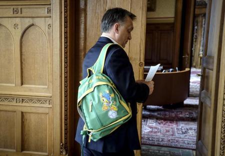 Orbán Viktor kormányfő új hátizsákjával 2014. április 10-én (Fotó: Facebook/Orbán Viktor)