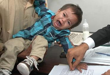 Ujjlenyomatot vesznek a 9 hónapos Muhammad Muszától